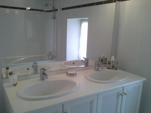A bathroom at Chateau Cadillac Apartment