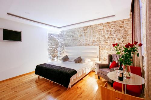 A bed or beds in a room at Get Split Luxury Apartment