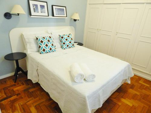 A bed or beds in a room at Leblon House lll