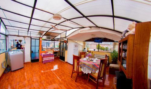 Un restaurante o sitio para comer en Yupanqui Apartments I