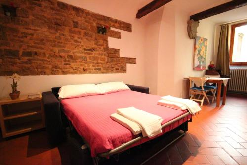 A bed or beds in a room at Appartamento Tornabuoni