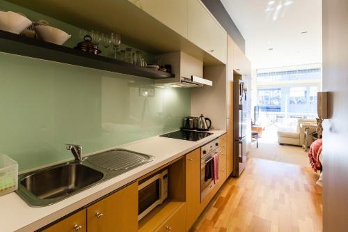 Kuchyň nebo kuchyňský kout v ubytování Tennyson - Beyond a Room Private Apartments