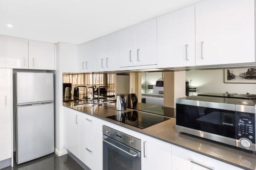 A kitchen or kitchenette at Oaks Sydney Hyde Park Suites