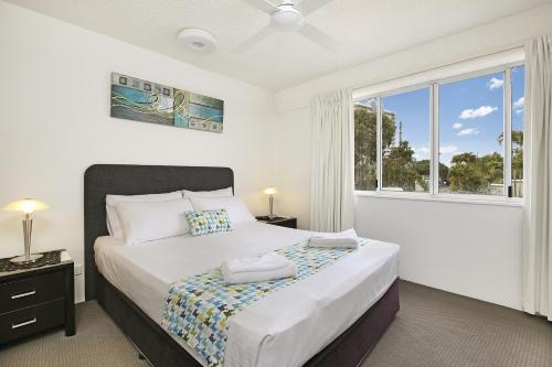 A bed or beds in a room at Beachside Mooloolaba
