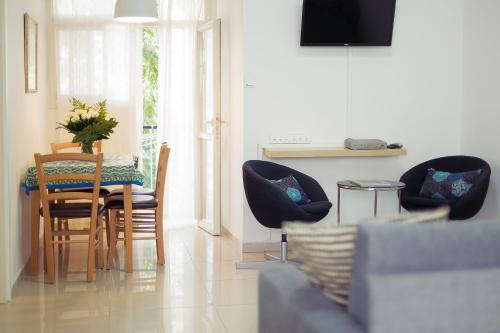 Телевизор и/или развлекательный центр в Colony Suites- Yehoash St.