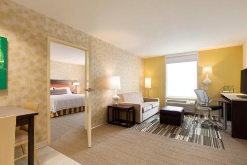 Home2 Suites by Hilton Seattle Airport 객실 침대