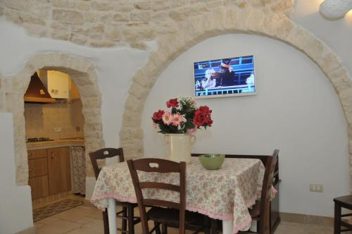 A television and/or entertainment centre at Trullo Relax