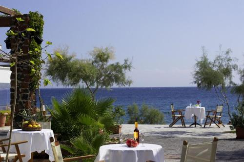 A restaurant or other place to eat at Santorini Reflexions Sea