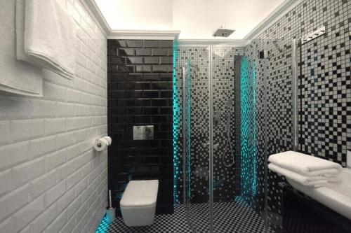 A bathroom at Toop Apartments - Near Market Square