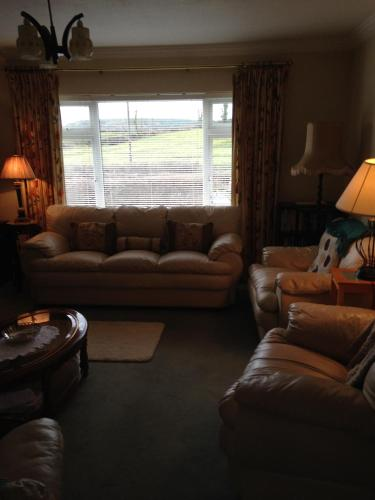 A seating area at Eileens Holiday Home