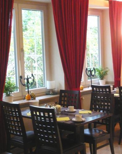 A restaurant or other place to eat at Hotel Biederstein am Englischen Garten