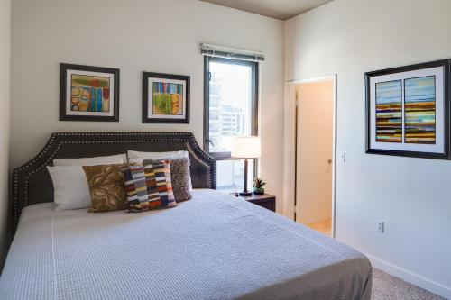 A bed or beds in a room at Stay Alfred on 7th Avenue