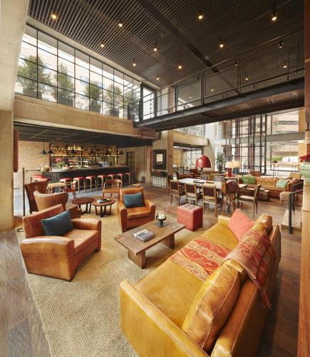 The lounge or bar area at The Artisan D.C. Hotel, Autograph Collection