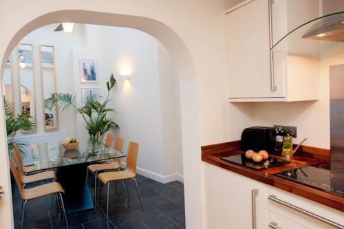 A kitchen or kitchenette at Short Let Space Oxford Town House