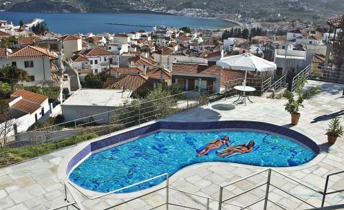 Vista sulla piscina di Thea Home Hotel o su una piscina nei dintorni