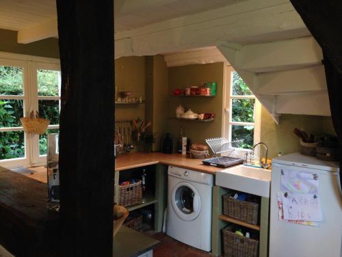 Cuisine ou kitchenette dans l'établissement Belle Chaumiere Normande De 300 Ans