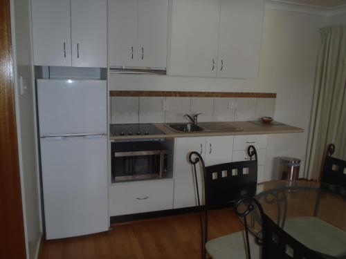 A kitchen or kitchenette at Beachside Holiday Units