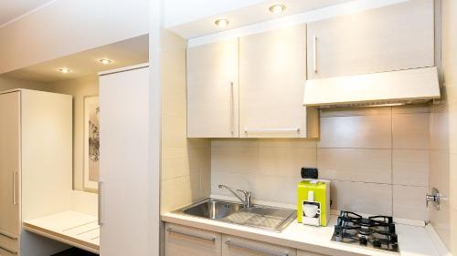 A kitchen or kitchenette at Hotel Residenza Gra 21
