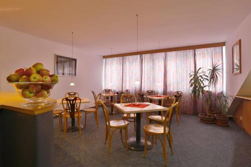 A restaurant or other place to eat at Aparthotel Minor