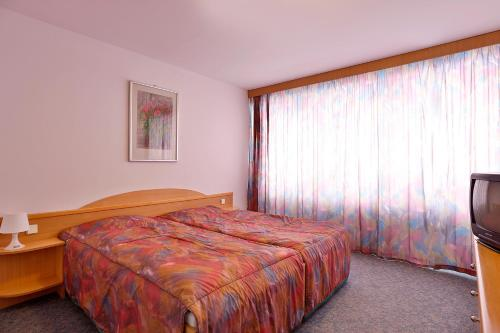 A bed or beds in a room at Aparthotel Minor