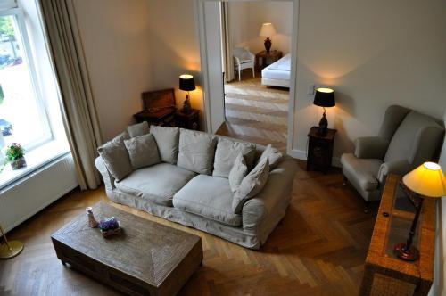 A seating area at Boardinghouse Hamburg