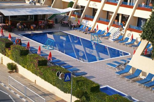 Изглед към басейн в Napa Prince Hotel Apts или наблизо
