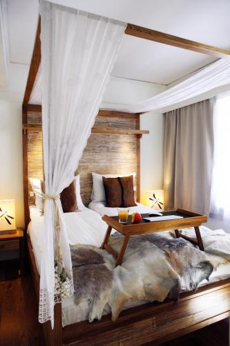 A bed or beds in a room at Eyja Guldsmeden Hotel