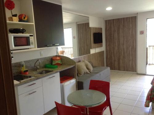 A cozinha ou cozinha compacta de Marulhos Resort Flats