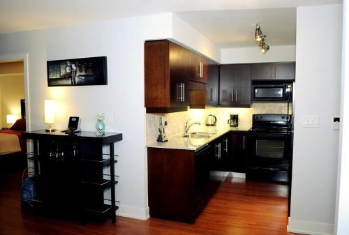 A kitchen or kitchenette at JJ Furnished Apartments Downtown Toronto: Entertainment District Element