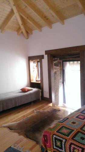 A bed or beds in a room at Casa Campo Cortes de Baixo