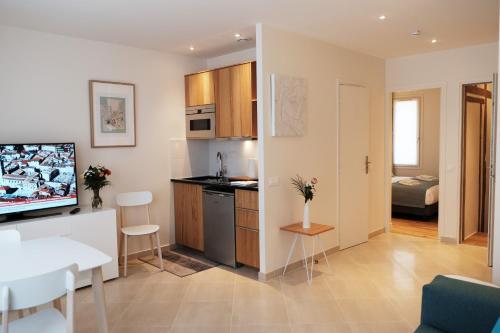 A kitchen or kitchenette at Jardin Saint Honoré Apartments