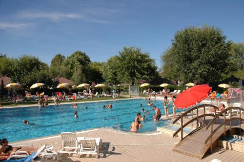 The swimming pool at or near Aparthotel Albatros