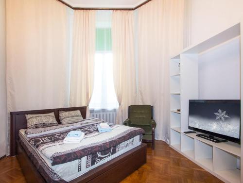 A bed or beds in a room at ApartLux Sadovo-Triumfalnaya