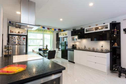 A kitchen or kitchenette at Circumplaneteux-Villa