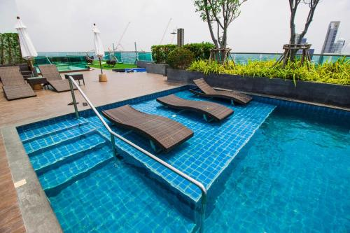 The swimming pool at or close to Wongamat Tower by Pattaya Sunny Rentals