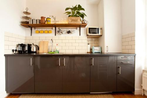A kitchen or kitchenette at Islington Chic Apartment