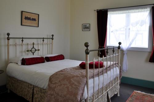 A bed or beds in a room at Shunters Cottage