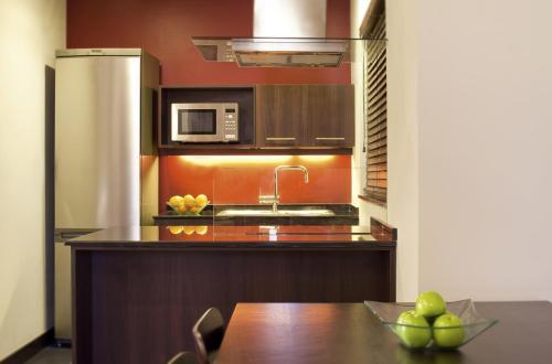 Кухня или мини-кухня в Mövenpick Hotel Apartments Al Mamzar Dubai