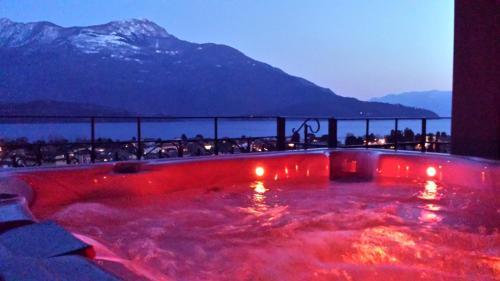 Der Swimmingpool an oder in der Nähe von Villa Perla del Lago