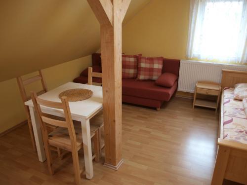 Ein Sitzbereich in der Unterkunft Apartments Viktoria Klinovec