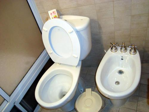 Un baño de Suites & Room