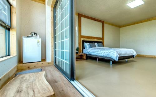 A bed or beds in a room at Bada Maru Pension