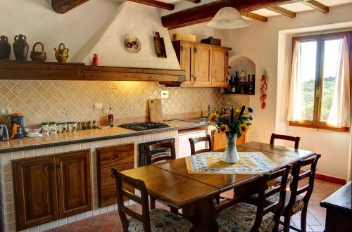 A kitchen or kitchenette at Casa del Ponte