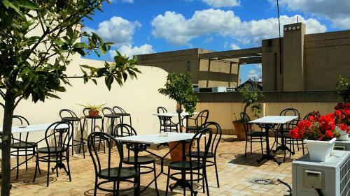 Een restaurant of ander eetgelegenheid bij Apartamentos Sevilla