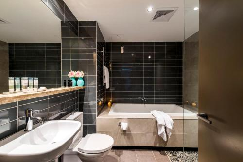 A bathroom at Oaks Redcliffe Mon Komo Suites