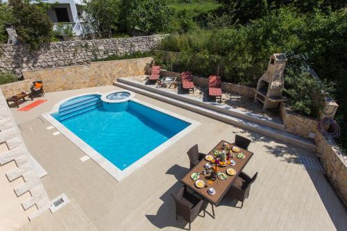 Pogled na bazen u objektu Villa Avoca ili u blizini