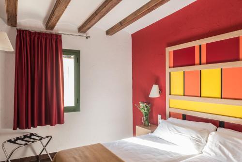 A bed or beds in a room at Apartaments Ciutat Vella