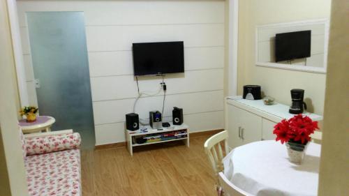 TV a/nebo společenská místnost v ubytování Copacabana Apartment