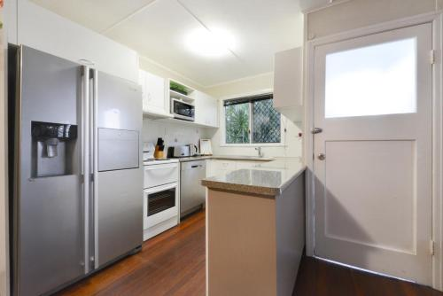 A kitchen or kitchenette at Airlie Getaway - Airlie Beach