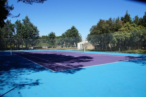 Tennis and/or squash facilities at Le Domaine d'Alèzen or nearby